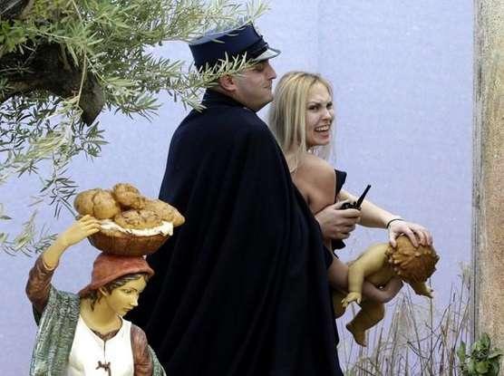 * Polêmica: Ativista que mostrou seios é proibida de entrar no Vaticano.